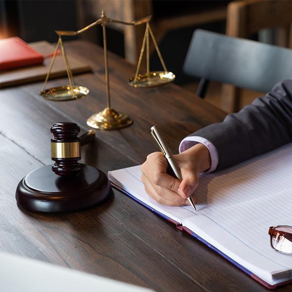 Prawnik piszący notatki